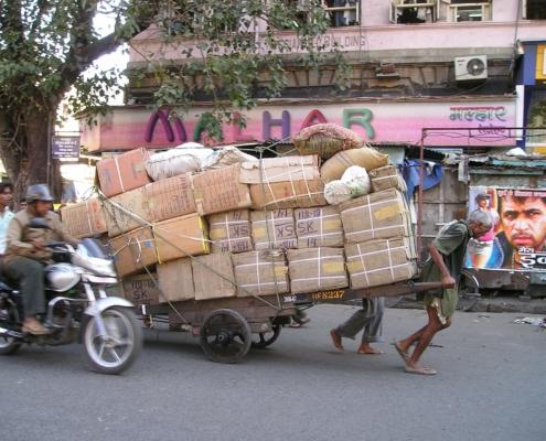 Karren voll bepackt mit Kartons und Säcken