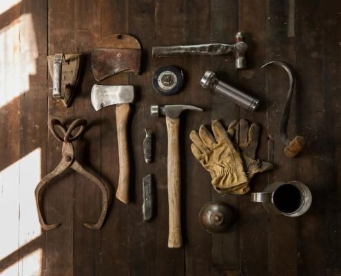 verschiedene Werkzeuge auf einem Tisch