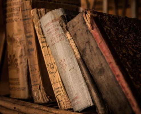 antike Bücher im Regal