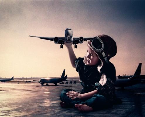 Kinder hält echtes Flugzeug in der Hand