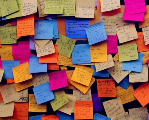 Wand voller Post-it Zettel