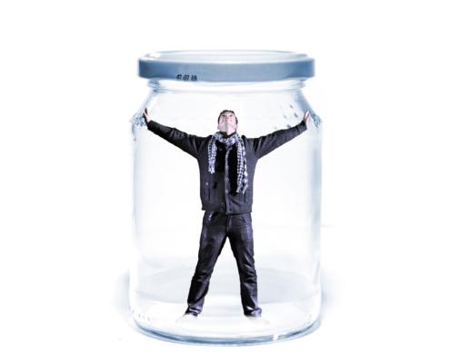 Mann gefangen im Einweckglas