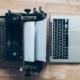Schreibmaschine neben Laptop