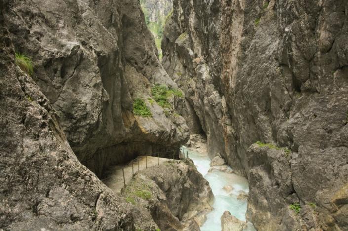 Tiefe Schlucht mit Fluss
