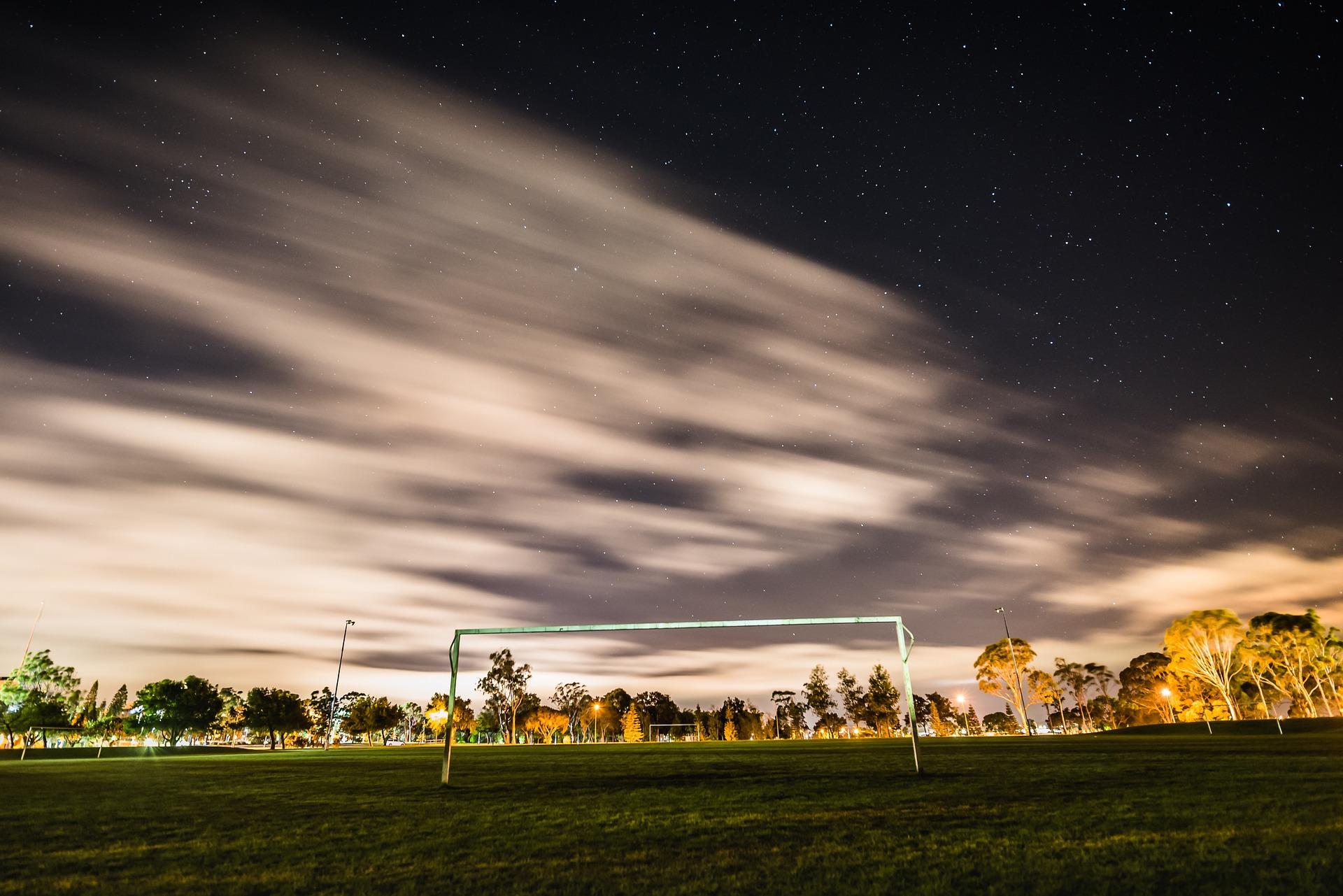 beleuchtetes Fußballfeld