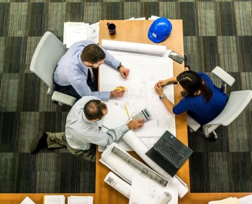Kollegen an einem Schreibtisch